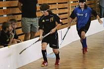 Při výhře benešovských elévů nad Bučis team byla také Simona Marušková (v modrém), která se snažila doběhnout hostujícího Stanislava Kodeta.