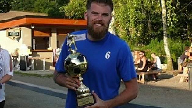 Kapitán Nespek Martin Burian se těší z poháru za druhé místo.