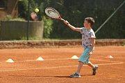 Optimální věk pro to, aby dítě začalo hrát tenis? Zřejmě kolem pátého a šestého roku, každý je ale individuální, některé děti začínají ve čtyřech letech.
