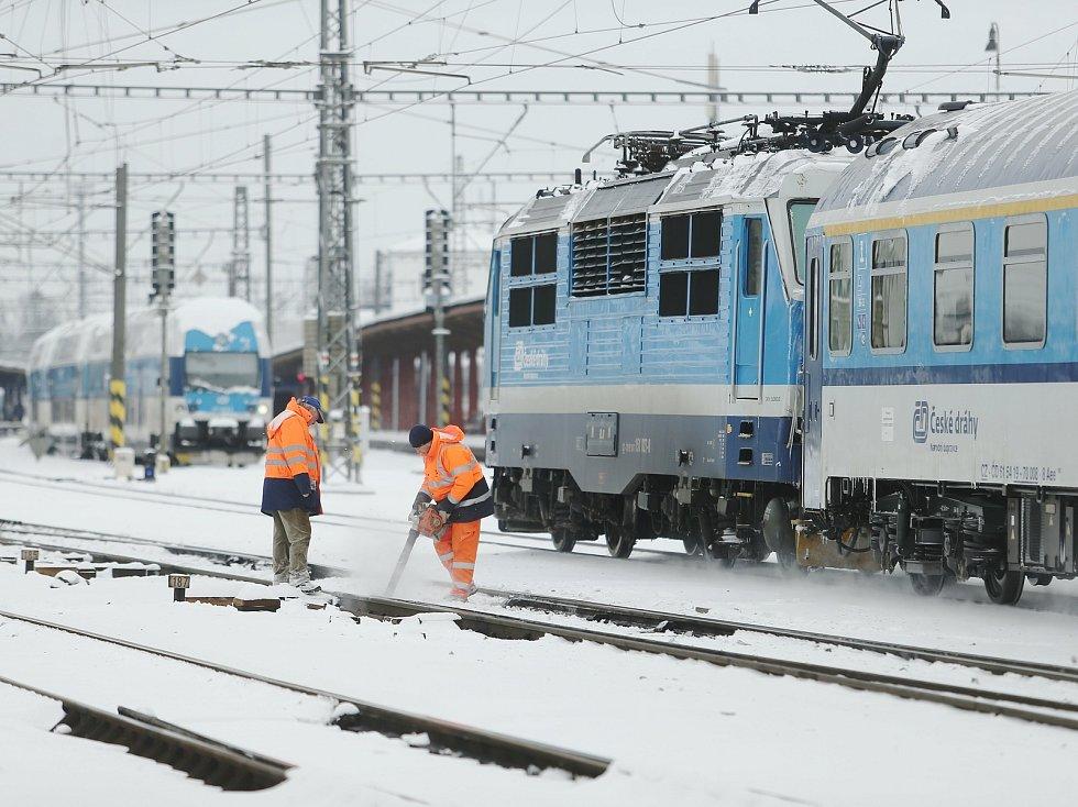 Zasněžené vlakové nádraží. Ilustrační foto.