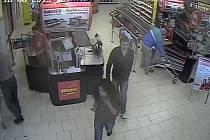 Záznam z bezpečnostní kamery votického supermarketu.
