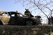 Oheň automobil zcela zničil