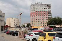 Centrální část Benešova, kde stála tržnice na revitalizaci zatím čeká. Srpen 2018.