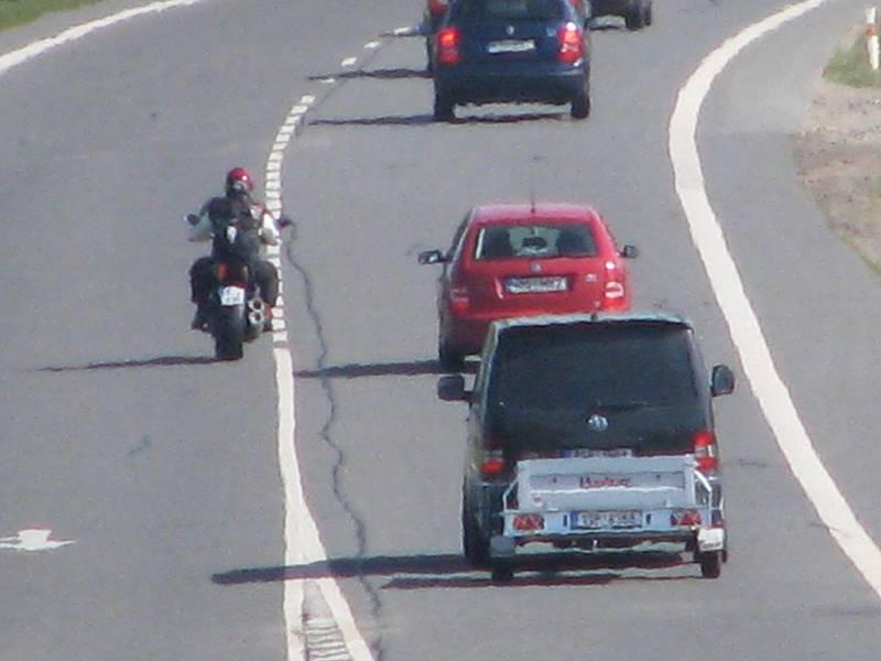 Přestupky v místě omezení rychlosti a zákazu přejíždění u Bystřice.
