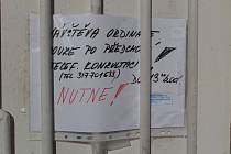 Vzkazy lékařů pacientům na dveřích ordinací v Týnci nad Sázavou.