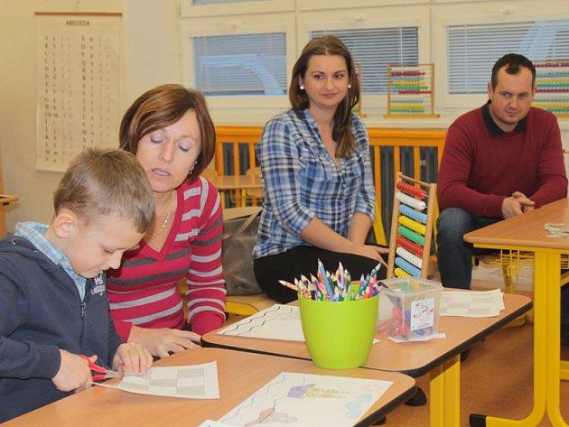 Vojtu, kterého doprovázeli rodiče, přezkušovala z dovedností učitelka Jana Vlachová spolu se Zdenkou Holou.