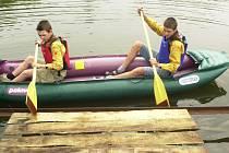 Ne všichni vodáci věnují bezpečnosti dostatečnou pozornost. Někteří si nechávají záchranné vesty v lodi.