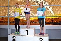 Sabina Kovářová na stupních vítězů za osmistovku (v modrém na třetím místě) na krajských přeborech mladšího žactva.