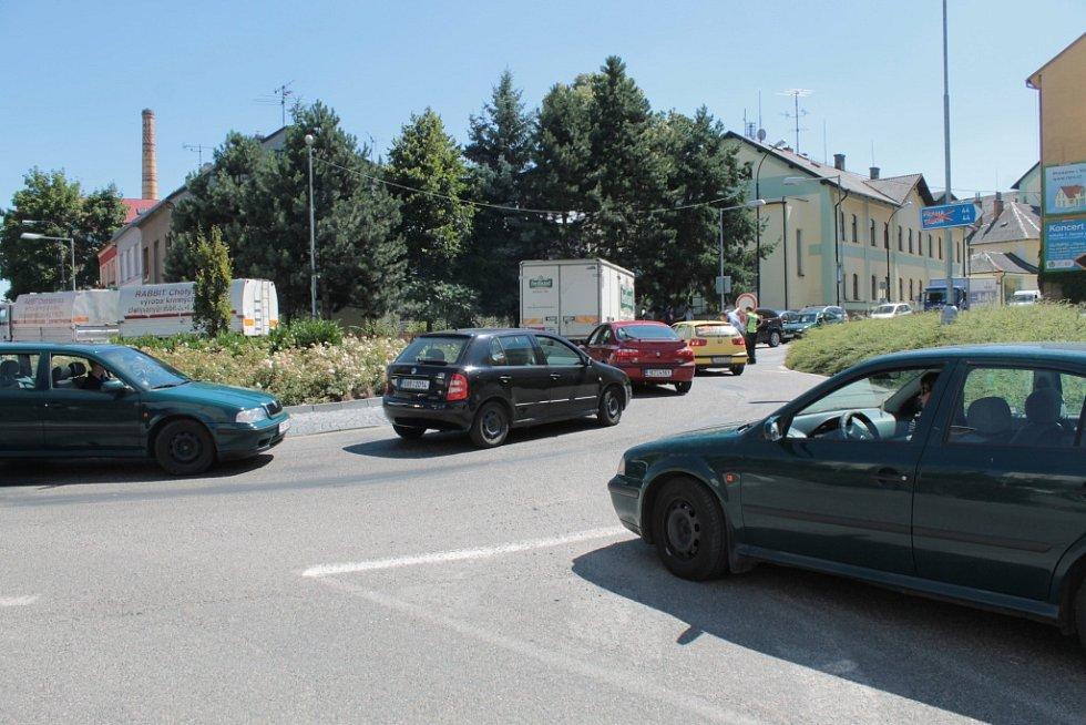 Let it Roll v Benešově, den první. Potíže v dopravě vygradovaly zhruba dvě hodiny před zahájením.