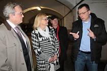 Prezident HK ČR Vladimír Dlouhý (vlevo) v Pivovaru Ferdinand poslouchá výklad Petra Dařílka.