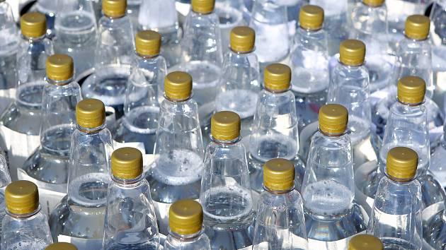 Dezinfekci ve Znojmě rozdávají v nápojových lahvích. Nebezpečné, varují kritici
