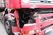 Z poškozeného tahače vytekly provozní kapaliny i olej, jehož únik likvidovali  benešovští profesionální hasiči sorbentem