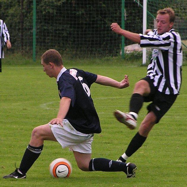 Vlašimský Jan Jíša (vpravo) stačil proti Voticím za poločas dva góly vstřelit a na jeden nahrát. Tentokrát ale hostujícího Sysla nepřelstil.