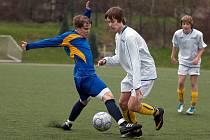 V zápase staršího dorostu mezi benešovským béčkem a Neratovicemi, obcházel domácí Richard Stanka (v bílém) hostujícího hráče.