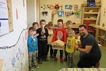 Tentokrát děti v technické dílně mateřinky MiniSvět vyráběly dřevěné ptačí budky.