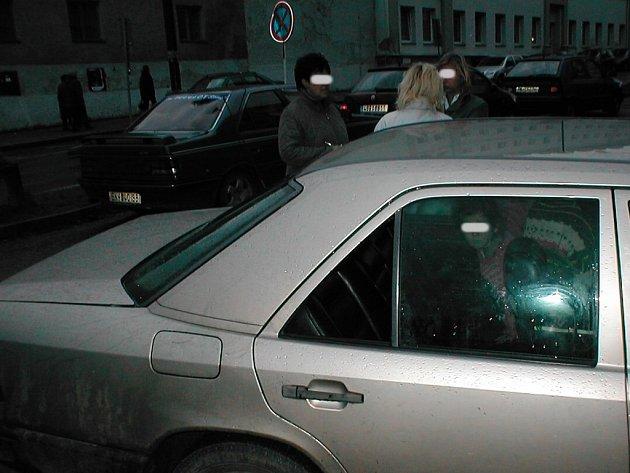Jednání matky (na horním snímku zády k objektivu) požadovaly vysvětlit pracovnice radnice. Městští strážníci pak pomohli oživit Mercedes odmítající nastartovat