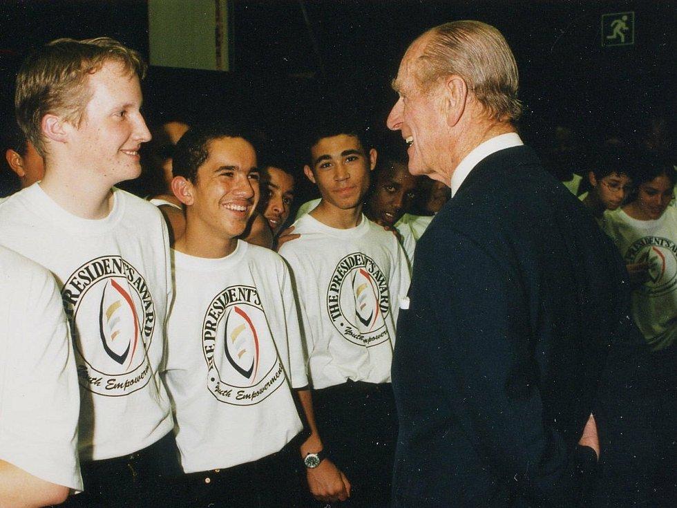 Princ Philip s mladými lidmi z jeho nadace.