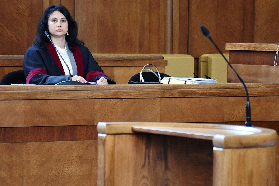 Zástupy právníků a novinářů sledovaly ve středu u Vrchního soudu v Praze vyhlášení verdiktu v kauze manipulací se zakázkami Středočeského kraje, spojované ponejvíce se jménem někdejšího hejtmana Davida Ratha.