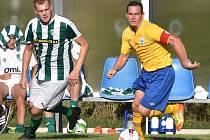 Martin Turek (ve žlutém) vstřelil do sítě Malše Roudné v 1. kole Mol cupu tři branky.