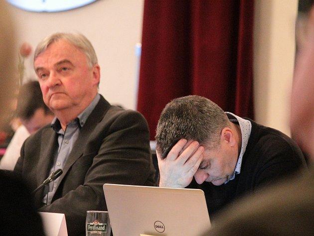Projednávání odpuštění penále neplatičům nájemného, zleva Zdeněk Zahradníček a Luboš Machulda.