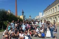 Při cestách po naší zemi navštívili mladí cizinci i plzeňský pivovar, automobilku v Mladé Boleslavi či zámek Konopiště.