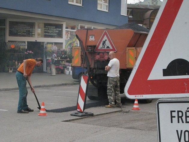 Na opravy silnic v ulicích obcí a měst budou mít radnice více peněz.