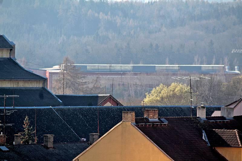 Benešov při pohledu ze střechy kostela sv. Anny - hala továrny Baest v Černém lese.