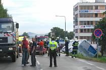 Nehoda osobního auta a autobusu v benešovské Křižíkově ulici.