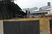 Žhář zapálil garáže ve Voticích po půlnoci z neděle na pondělí po vypáčení petlice vrat sousedících se shořelým Audi.
