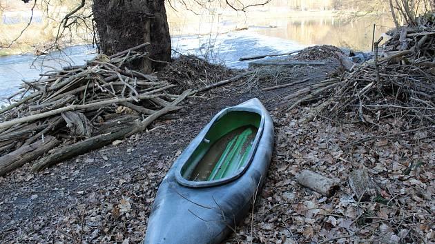 Týnecký jez a kanoe vytažená ze Sázavy u mlýna.