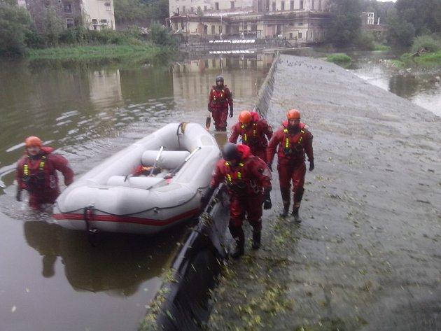 Cvičení benešovských hasičů na týneckém jezu.