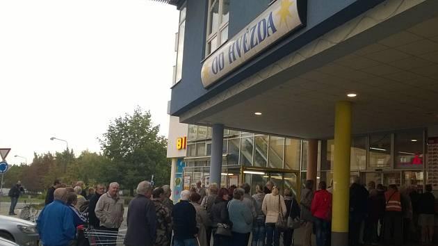 Několik desítek obyvatel Benešova se vypravilo na ranní nákupy kvůli kostce másla.