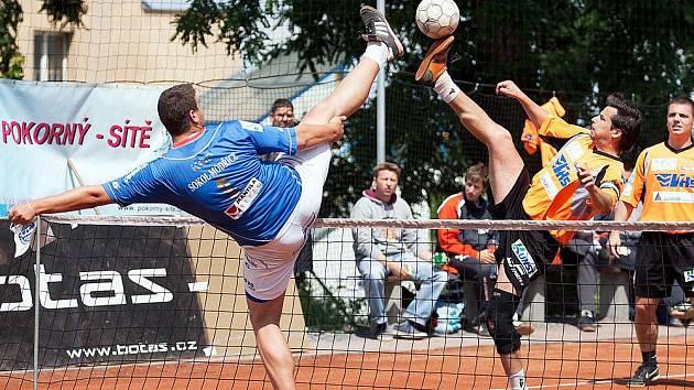 Loňští finalisté extraligy odehráli poslední kolo základní části na hřišti v Benešově a zápas skončil nerozhodně 5:5. Smečujícího kapitána Šacungu Františka Kalase (oranžový) se snažil zablokovat Modřický Kop.