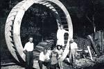 Výtečným řemeslníkem byl sekerník Vaněk. Pro mlýn Na Líšnici postavil v roce 1949 už své 114 mlýnské kolo. Foto: archiv SDH Nahoruby