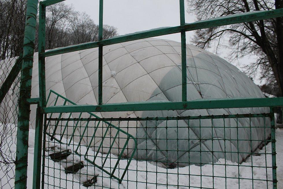 Nafukovací hala ve Vlašimi se zbortila pod tíhou sněhu.