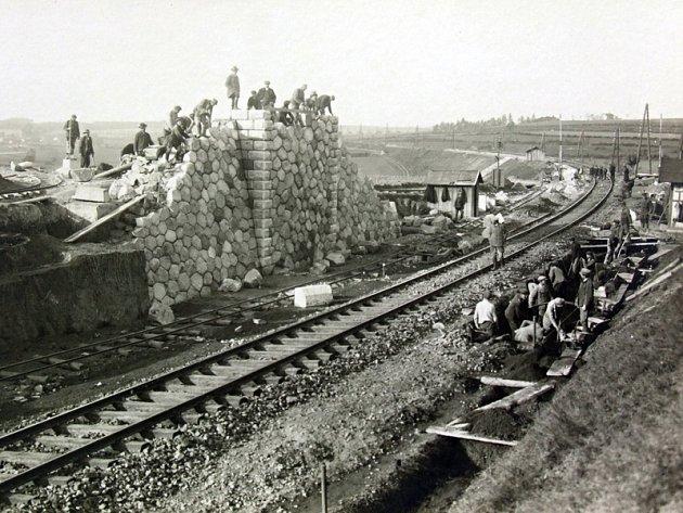 Stavba mostu přes uvažovanou dvoukolejku u Mokré Lhoty, který byl nakonec v roce 1985 zbouraný.
