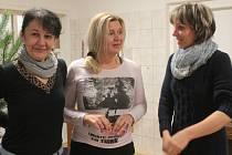 Tři kamarádky, Marta Slezáková, Daniela Bukovská a Jaroslava Maršíčková (zleva) se na Masarykově náměstí v Benešově už osmnáct let scházejí kvůli akci Ježíšku, prosím Tě.