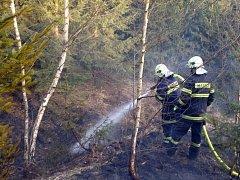 Rozsáhlý požár lesa mezi obcí Barochov a zříceninou hradu Zbořený Kostelec zachvátil ve čtvrtek plochu téměř pěti hektarů.