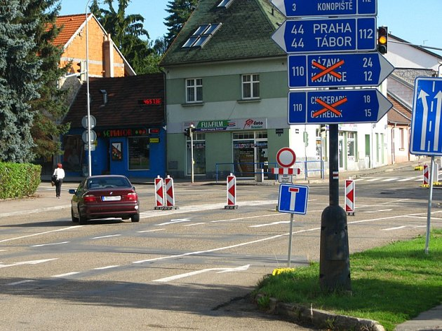 """Světelná křižovatka je kvůli opravě plynovodu a později položení """"tichého asfaltu"""" do 25. září uzavřená. Zákaz vjezdu si někteří řidiči vysvětlují flexibilně."""