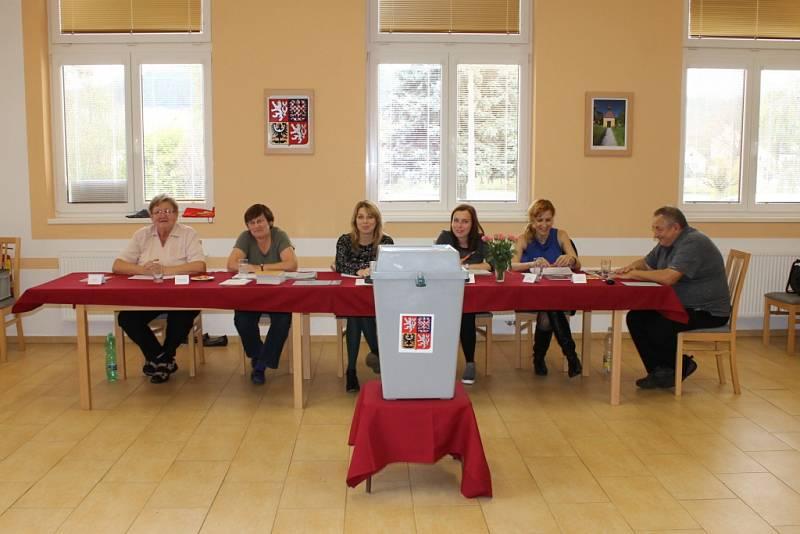 Ve Zvěstově volilo přes padesát procent voličů.