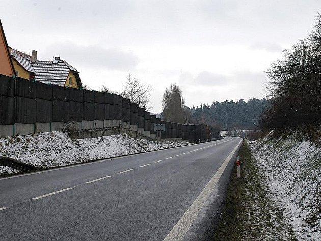 Silnici E55 by měla kvůli přístupu k autobusovým zastávkám překonávat nová lávka.