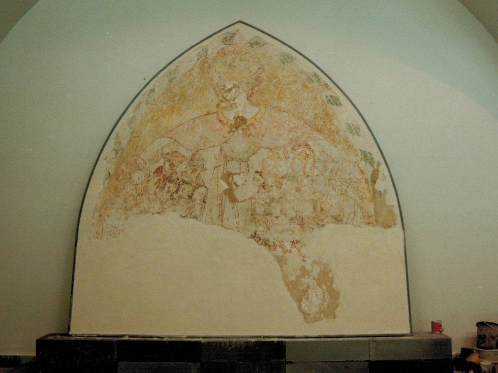 Fresky, které objevili dělníci při demolici dolnokralovického kostela sv. Jana Křtitele před zaplavením území. Je na nich vyobrazena Panna Maria Ochranitelka.