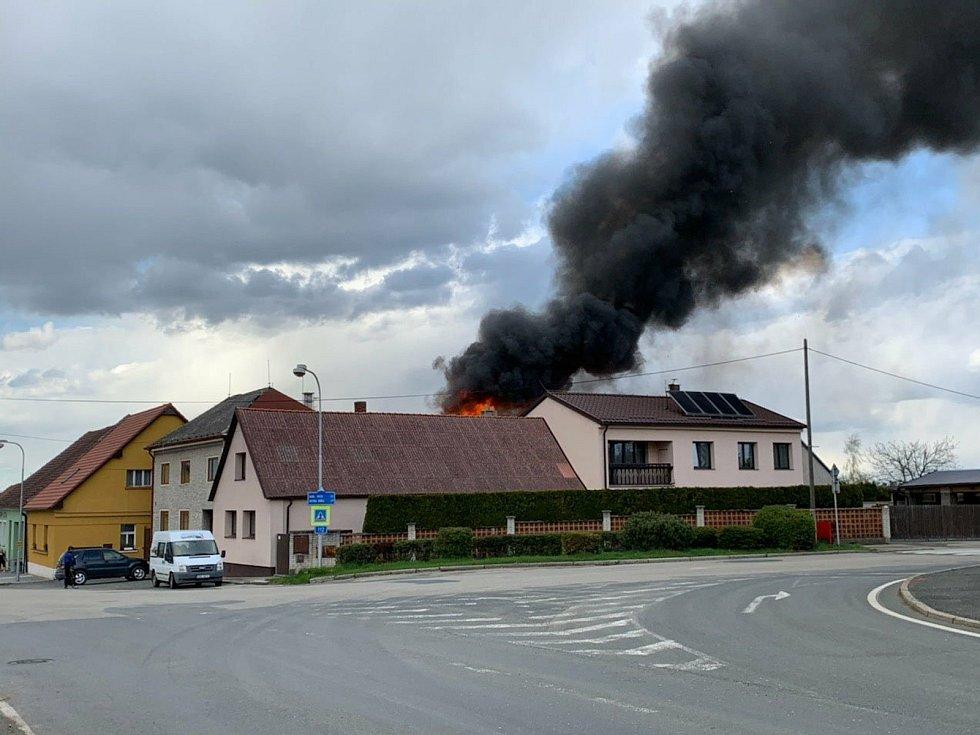 Požár rodinného domu vypukl v Čechticích ve středu 5. května po páté hodině odpolední.