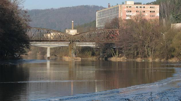 Lávka u Jawy je uzavřená, Pěší z Brodců do Týnce nejspíš proklouznou po železničním mostě.