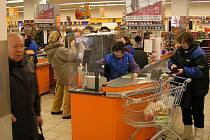 Pokladny. Právě tam zlodějíčci číhají, až spatří peněženku.  Pak stačí využít chvilkové nepozornosti  zákazníka a  sebrat ji z pásu nebo nákupního košíku. Popřípadě vytipovanou oběť sledují k autu