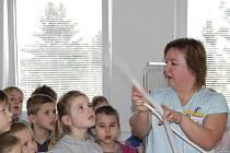 Žáci Základní školy Vrchotovy Janovice měli možnost na vlastní oči vidět, jak to v nemocnici funguje.