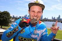 Libor Podmol se raduje z výhry ve speciální soutěži při formuli 1 v Austrálii.