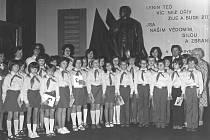 Žáci Základní devítileté školy Týnec nad Sázavou s kantory při pionýrském slibu v Muzeu V. I. Lenina v Praze 26. dubna 1979.