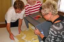 Volební schránky komise otevřou v sobotu 11. října ve 14 hodin, na Voticku roztřídí šedé komunální a žluté senátní obálky, a začne sčítání hlasů.