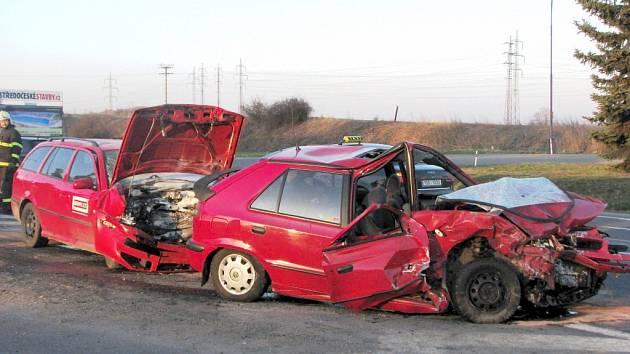Bezpečnost projíždění křižovatky silnice E55 na Červených Vršcích, se zvýší až s výstavbou turbokřižovatky. Jak vypadají následky čelního střetu na zmiňované křižovatce, dokládá snímek tragické nehody z úvodu roku 2009.